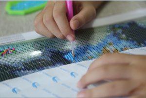 ronde rhinestones leggen met pick-up pen, wax blokje en sorteerbakje van een diamond painting