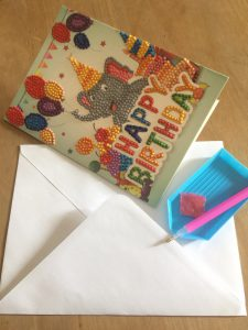 verjaardagskaart voorzien van rhinestones compleet met sorteerbakje, gom, pen en envelope